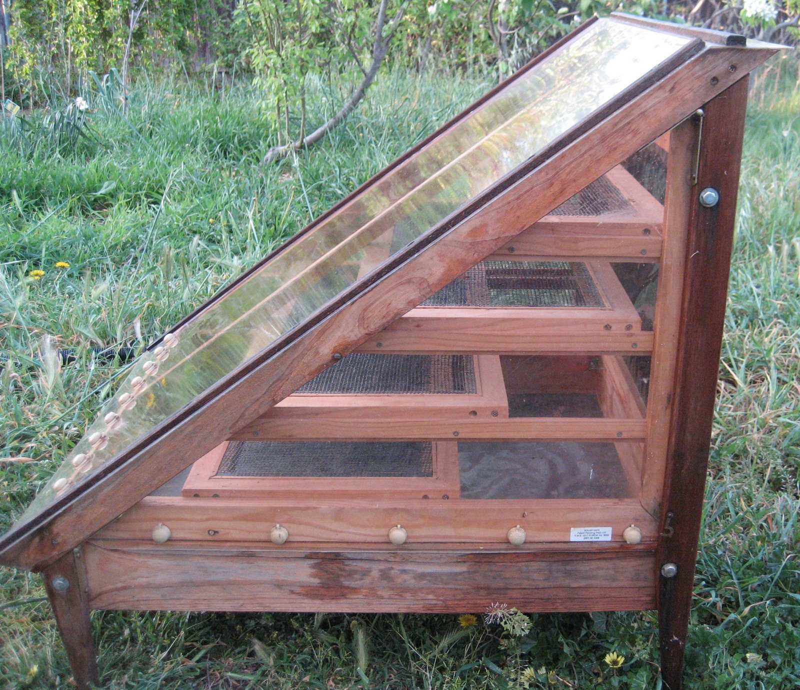 Build a solar food dehydrator easy inexpensive detailed for Solar plans
