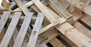 DIY Pallet and Reclaimed Wood Ideas - I found a website that is unfortunately in Dutch, but it can be loosely translated in Chrome.  I am sure other websites do it too, but it really does not matter as this article is an inspiring one.