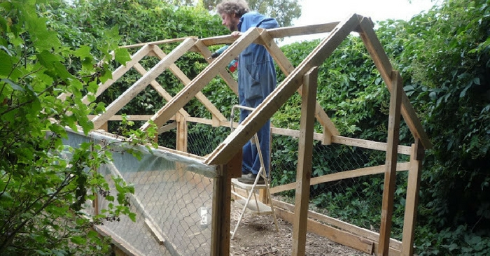 Easy DIY Pallet Greenhouse Or Chicken Coop — There are loads of garden DIY projects on the web, the difference between this and others is that this is a multi purpose garden addition, You can add a cover to the structure and have it a green house and take it off and use it as a chicken coop.