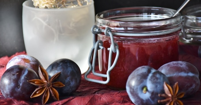 "How to Make Homemade Jam Without Pectin - Most brands exclaim breathlessly, ""All natural pectin"" or ""Made from real fruit"". And this is true – it does originate from fruit. Sound okay, right? Don't be deceived. This misleading label makes it sound as though this is nothing more than some powdered fruit."