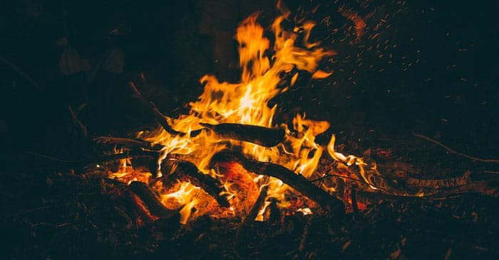 How To Build A Campfire With Wet Wood (Bushcraft Skills) - Nothing makes fire harder to produce than when the rain is pouring down or if the earth is wet from a rain shower. You are going to struggle to find dry materials to start a fire. You are going to struggle to find dry wood to keep your fire going. This article will offer you some tricks to stay warm in the wet wilderness.